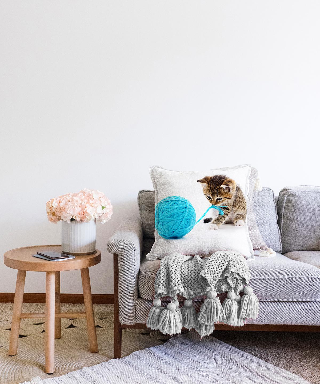 İple Oynayan Yavru Kedi Desenli Modern Çift Taraflı Şönil Yastık Kırlent Kılıfı - 55 x 55 cm Realhomes