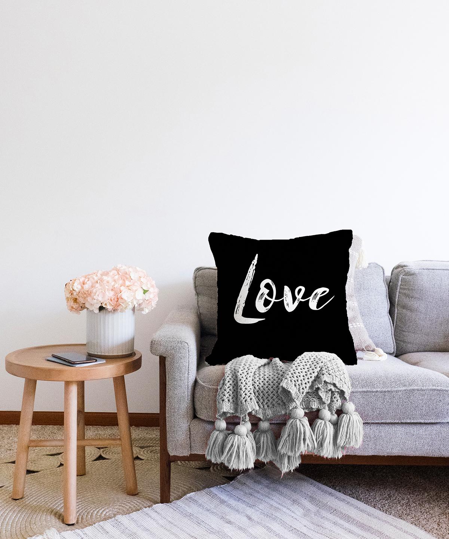 Çift Taraflı Siyah Zeminde Love Yazılı Modern Şönil Yastık Kırlent Kılıfı - 55 x 55 cm Realhomes