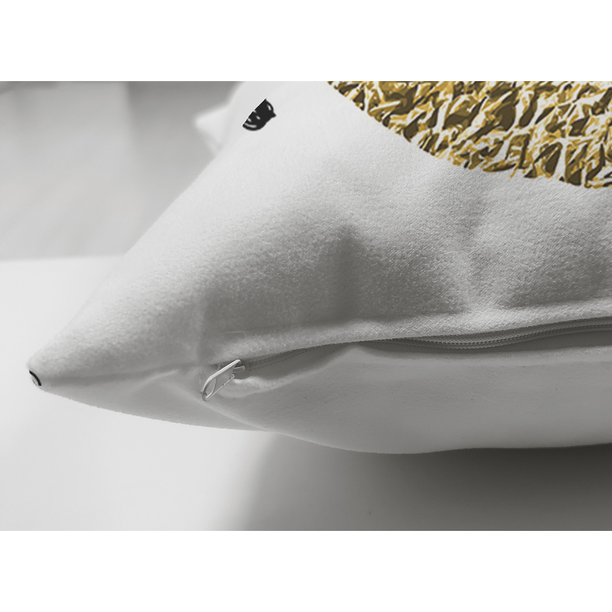 Çift Taraflı Beyaz Zeminde Gold Renkli Me Yazılı Dijital Baskılı Modern Süet Yastık Kırlent Kılıfı Realhomes