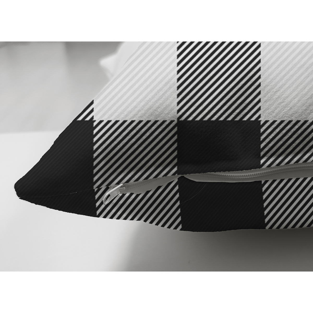 Çift Taraflı Beyaz Zeminli Siyah Ekose Desenli Dijital Baskılı Modern Süet Yastık Kırlent Kılıfı Realhomes
