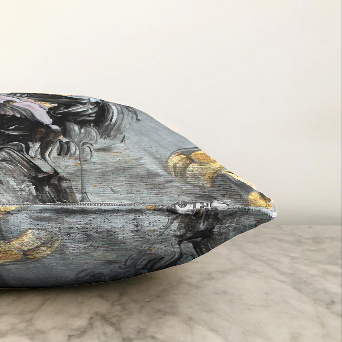 Çift Taraflı Gold Detaylı Siyah Renkli Dijital Baskılı Modern Şönil Yastık Kırlent Kılıfı Realhomes