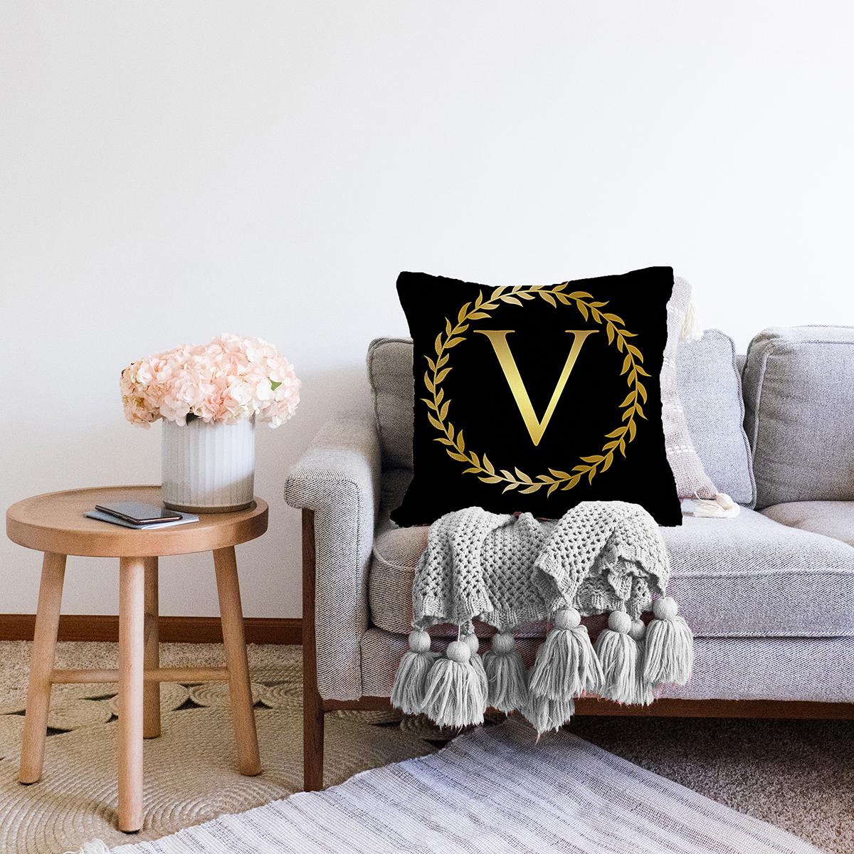 Siyah Zemin Gold Yaprak Çerçeveli V Harfi Özel Tasarım Dijital Baskılı Şönil Yastık Kırlent Kılıfı Realhomes