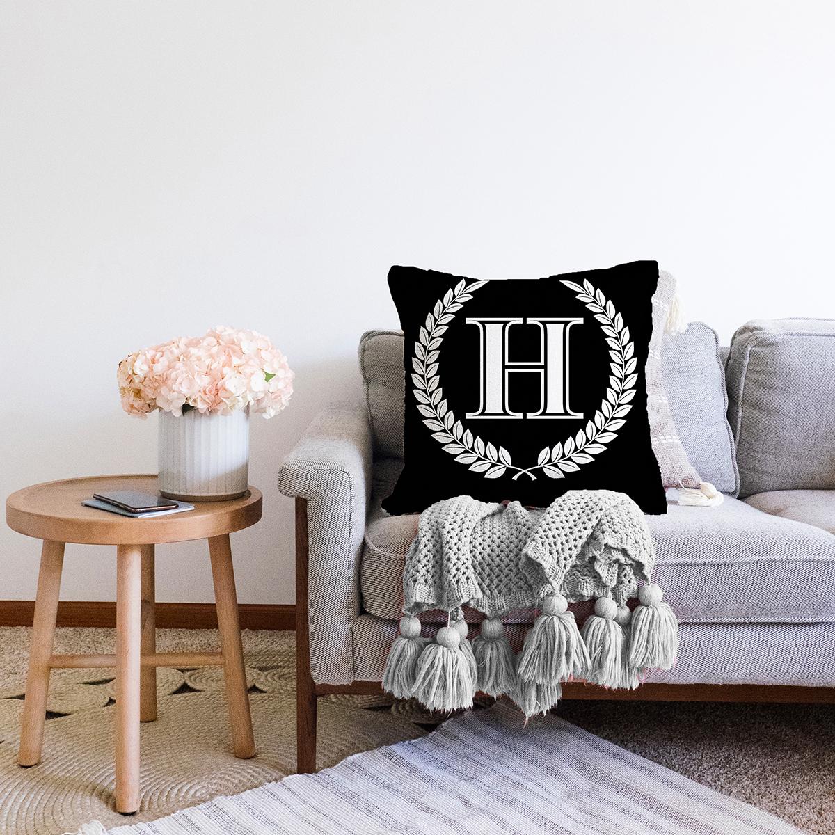 Siyah Beyaz Çelenkli H Harfi Özel Tasarım Dijital Baskılı Şönil Yastık Kırlent Kılıfı Realhomes
